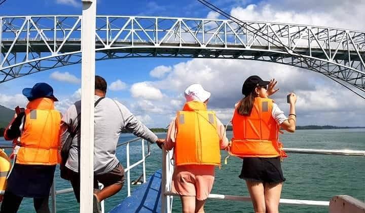 Facing the San Juanico Bridge during the cruise tour