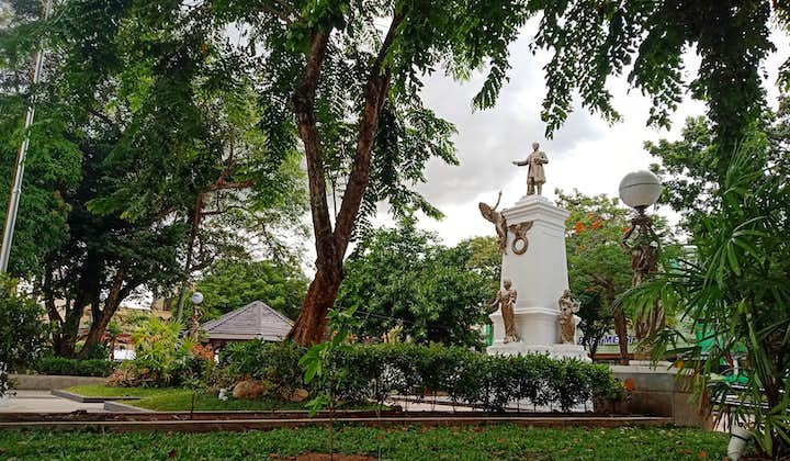 A monument in the middle of Plaza Rizal in Naga