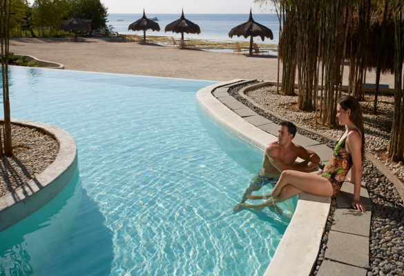 Couple enjoying the pool of Bluewater Panglao