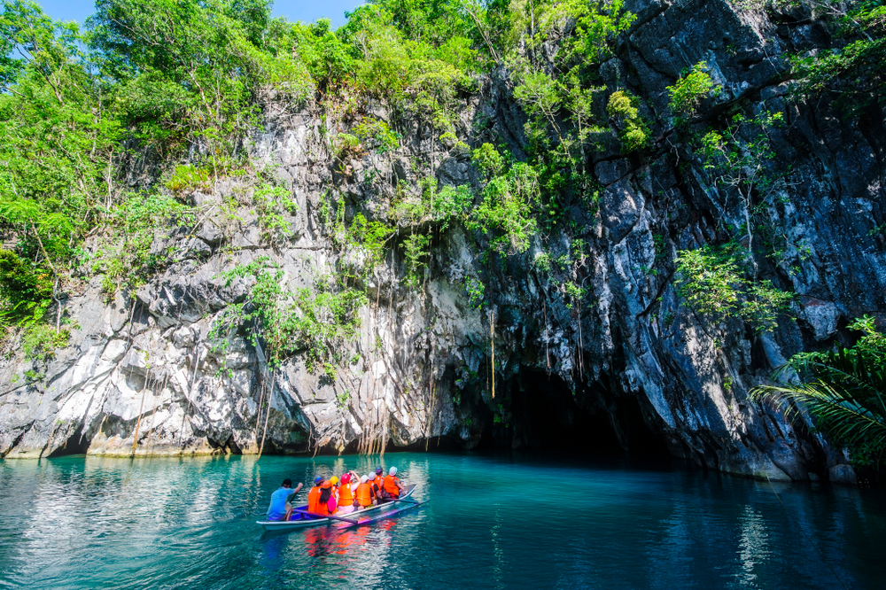 Blue waters and green plants sprawling across the cave of Puerto Princesa Underground River