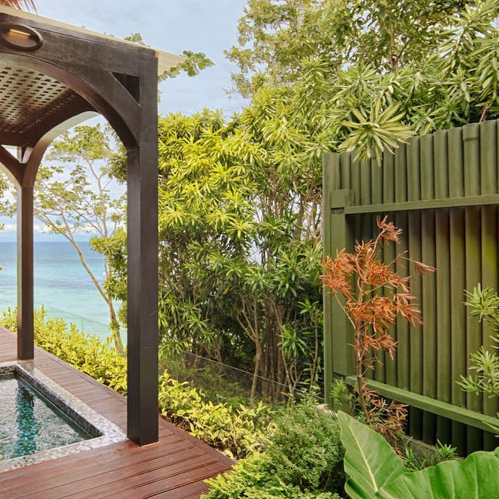 Small jacuzzi area with overlooking view of the ocean