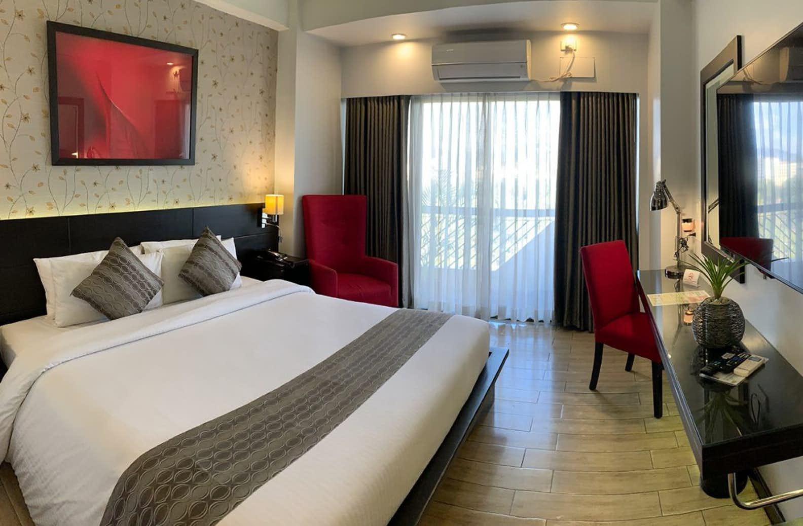 Executive room with balcony at the Venus Parkview Hotel in Baguio