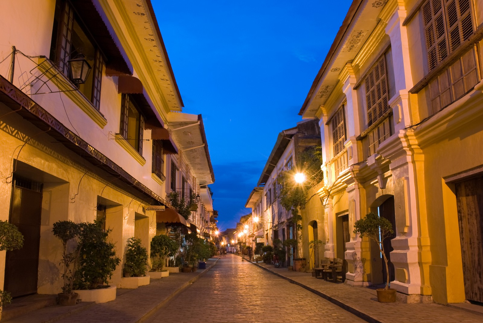 Night view of Calle Crisologo in Vigan