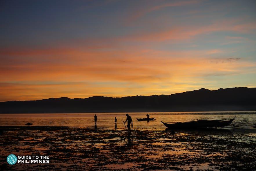 Fishermen walking on Alibijaban Island-2