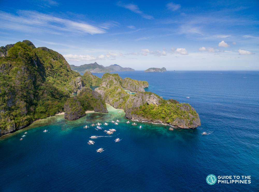 Blue waters and rock formations in El Nido Palawan