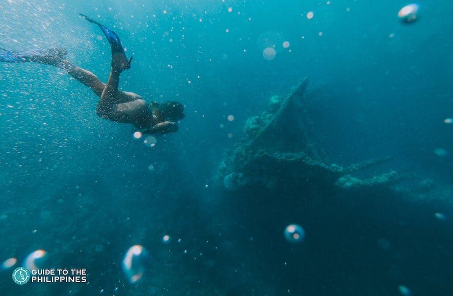 Woman goes freediving in El Nido