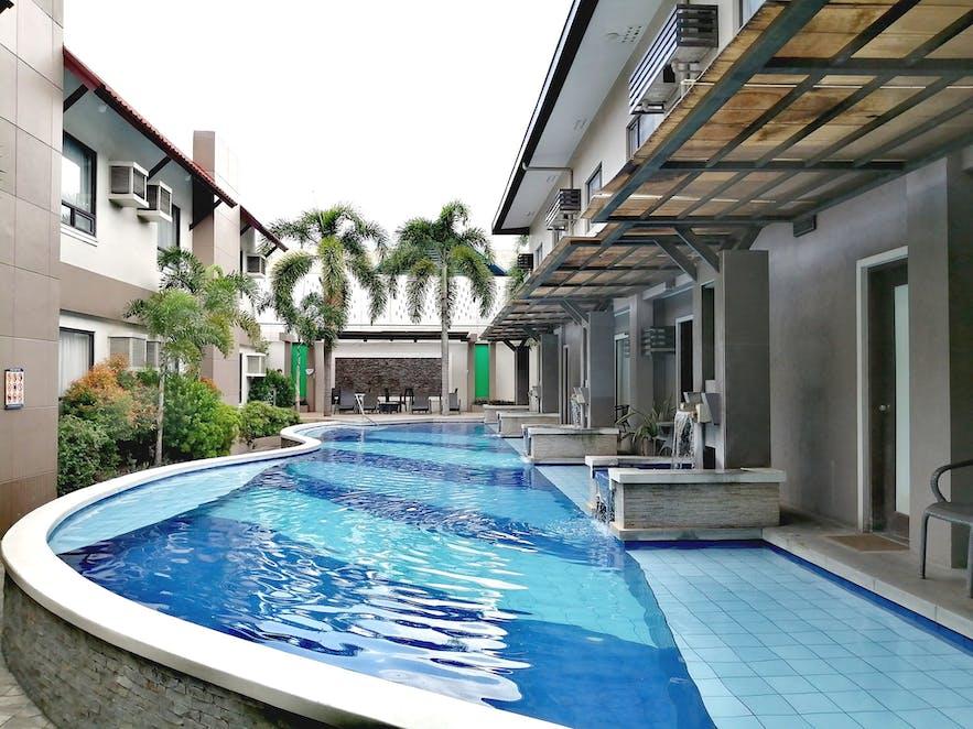 Poolfront rooms in Circle Inn - Hotel & Suites