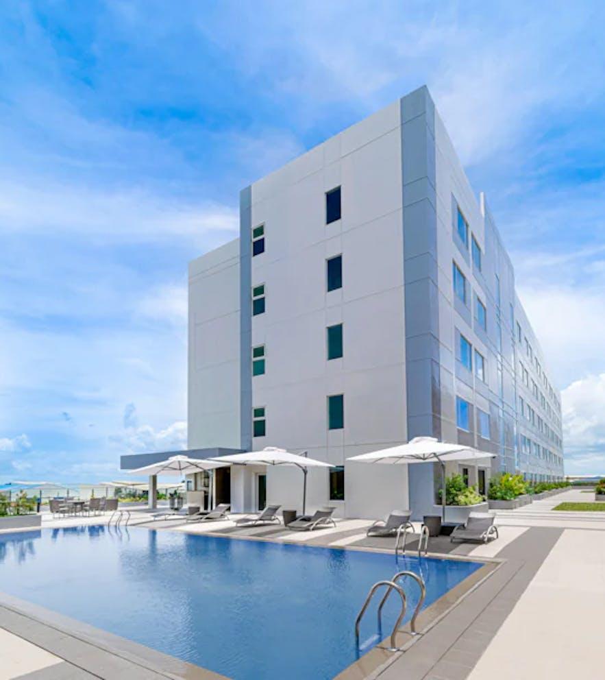 Park Inn by Radisson Bacolod's pool area