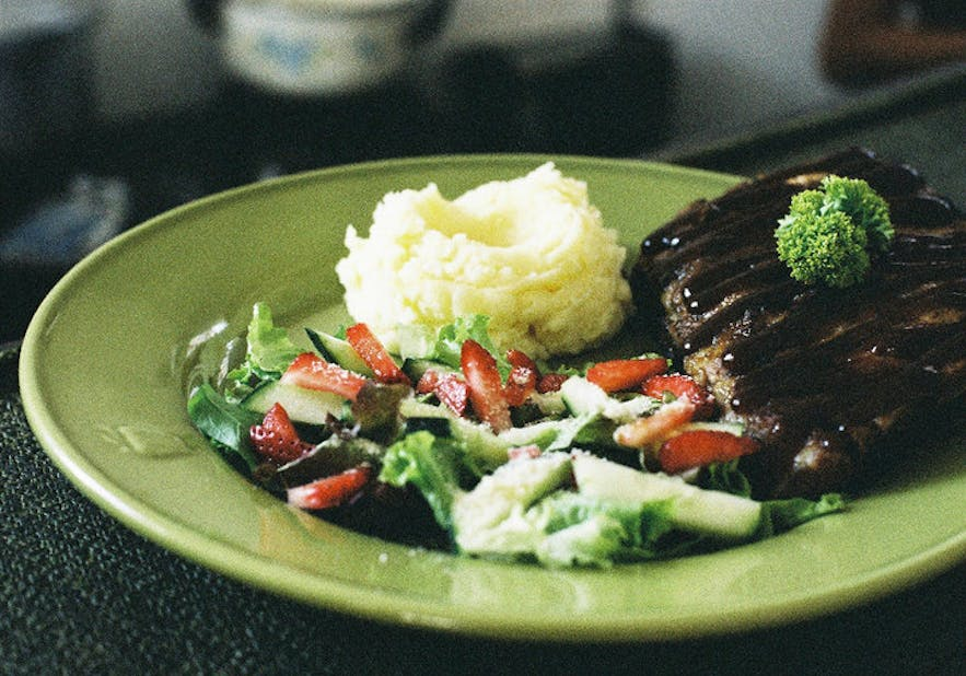 Canto Bogchi Joint's ribs with salad